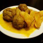 Fleischbällchen Mozárabes mit Mandel-Safran-Salsa