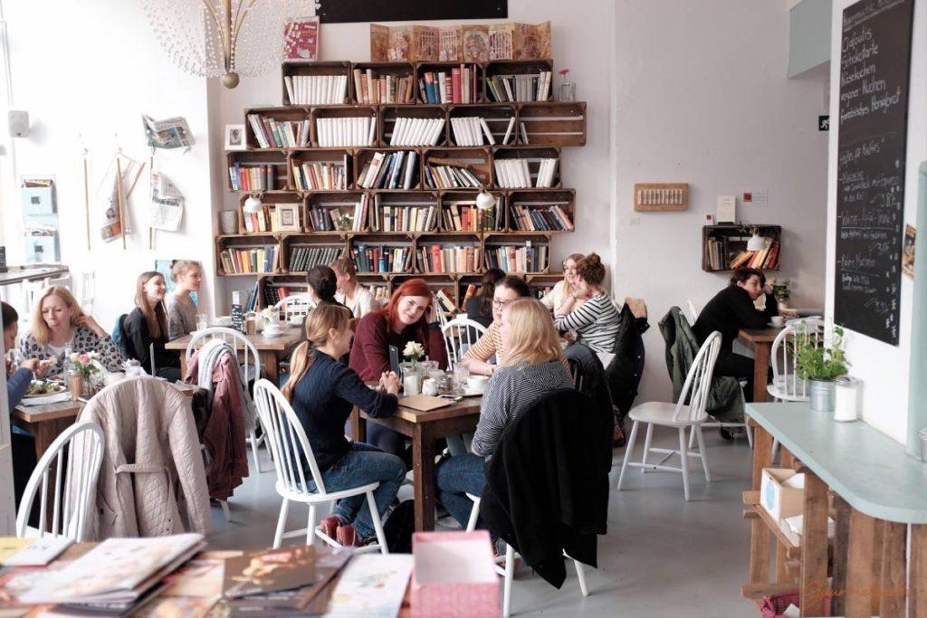 Menschen im Café Livres