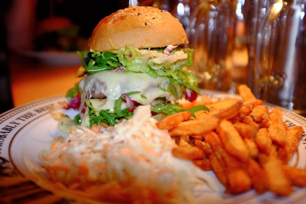 Cheeseburger mit Süßkartoffelpommes