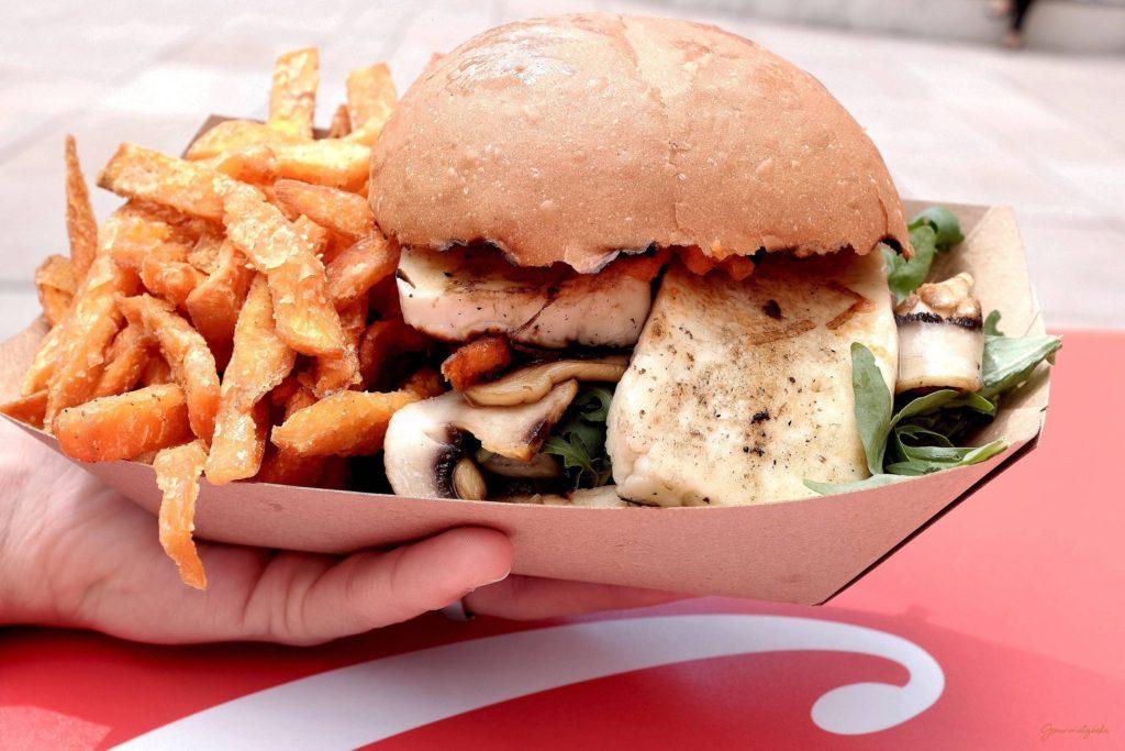 Veggie Burger mit Halumni, Rucola, geschmorten Zwiebeln und Champions