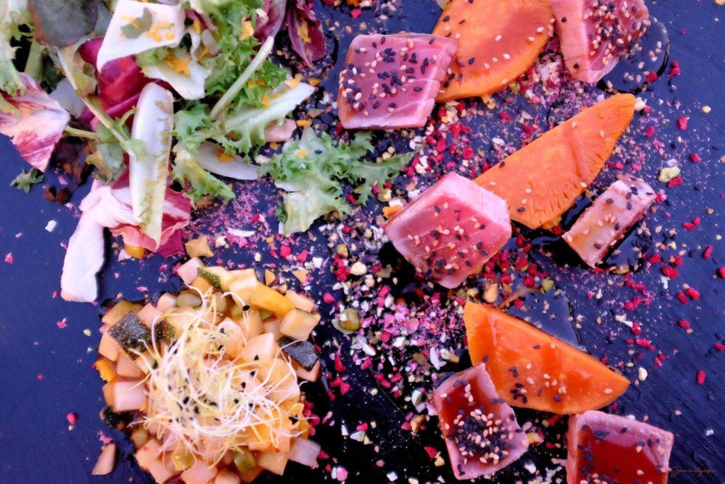 Zum Thunfisch: Kürbis und Gemüse, verfeinert mit gerösteten Gewürzen