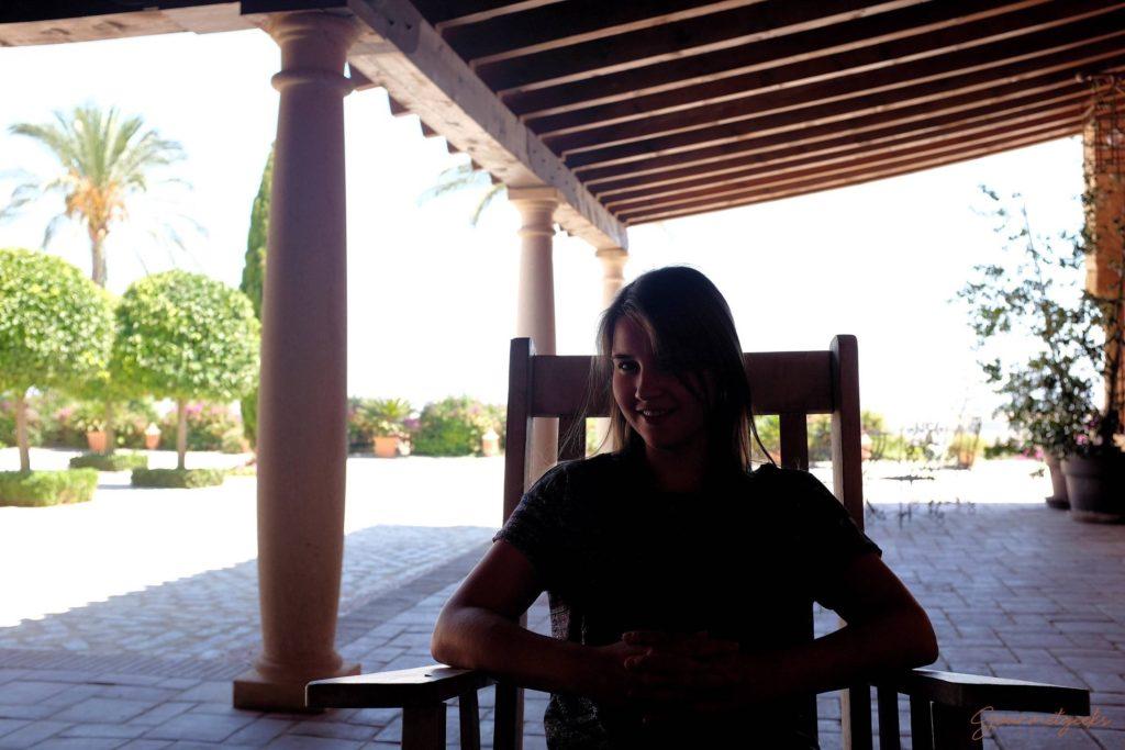 Giulia im Schaukelstuhl