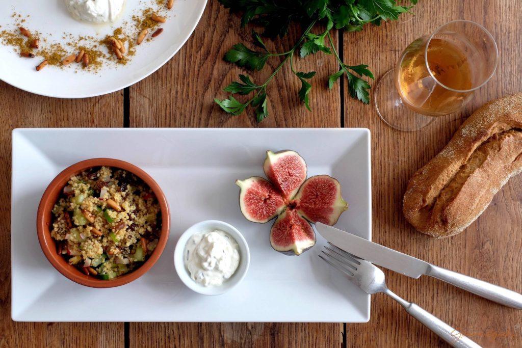 Couscous Salat gewürzt mit Ras el Hanout, Brot und dazu einen Amontillado Sherry