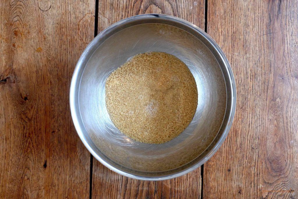 Couscous mit kochendem Wasser übergießen und quellen lassen