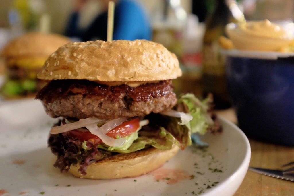 Es war noch Platz für den Klassiker: Hamburger ohne schnick und schnack
