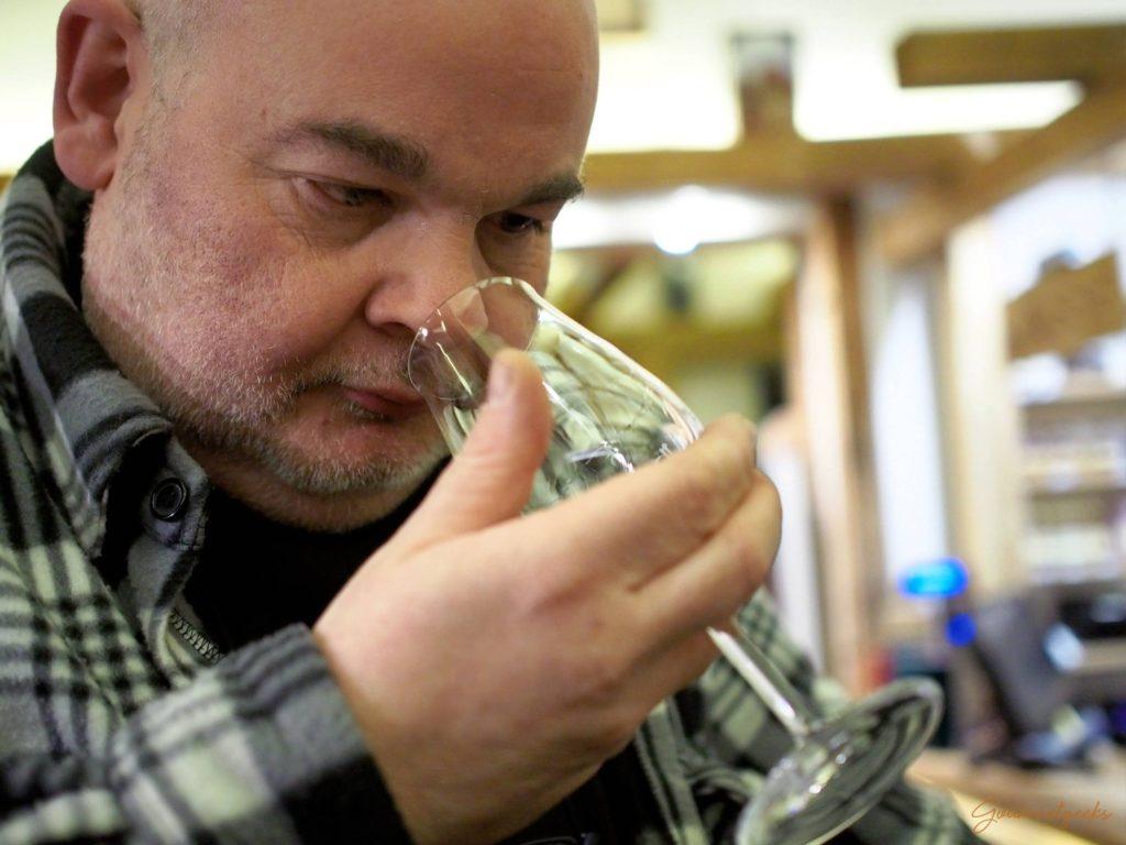 Jürgen vom Whiskyhort Team vetrieft in seine Arbeit