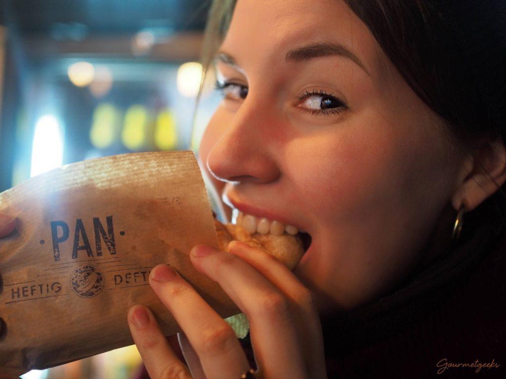 Giulia genießt ihren Hotdog