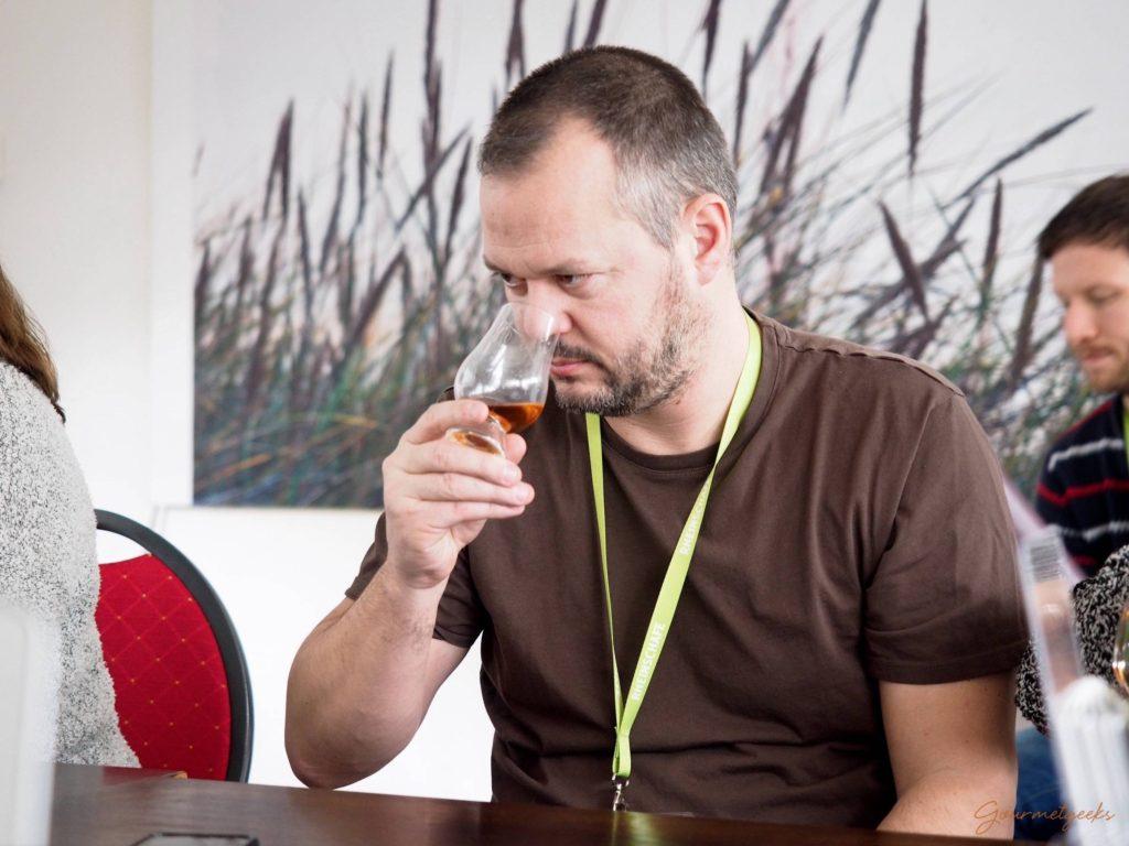 Hubert beim Nosing des Tenné. Schöne dunkle Farbe im Glas
