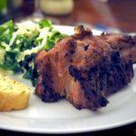 Lamm vom Grill mit frischen Salat