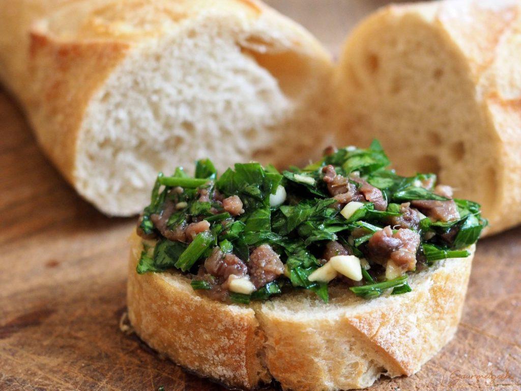 Einfach auf einem frischen Stück Ciabatta oder Baguette anrichten et voilá: Fertig zum Genießen! :-)