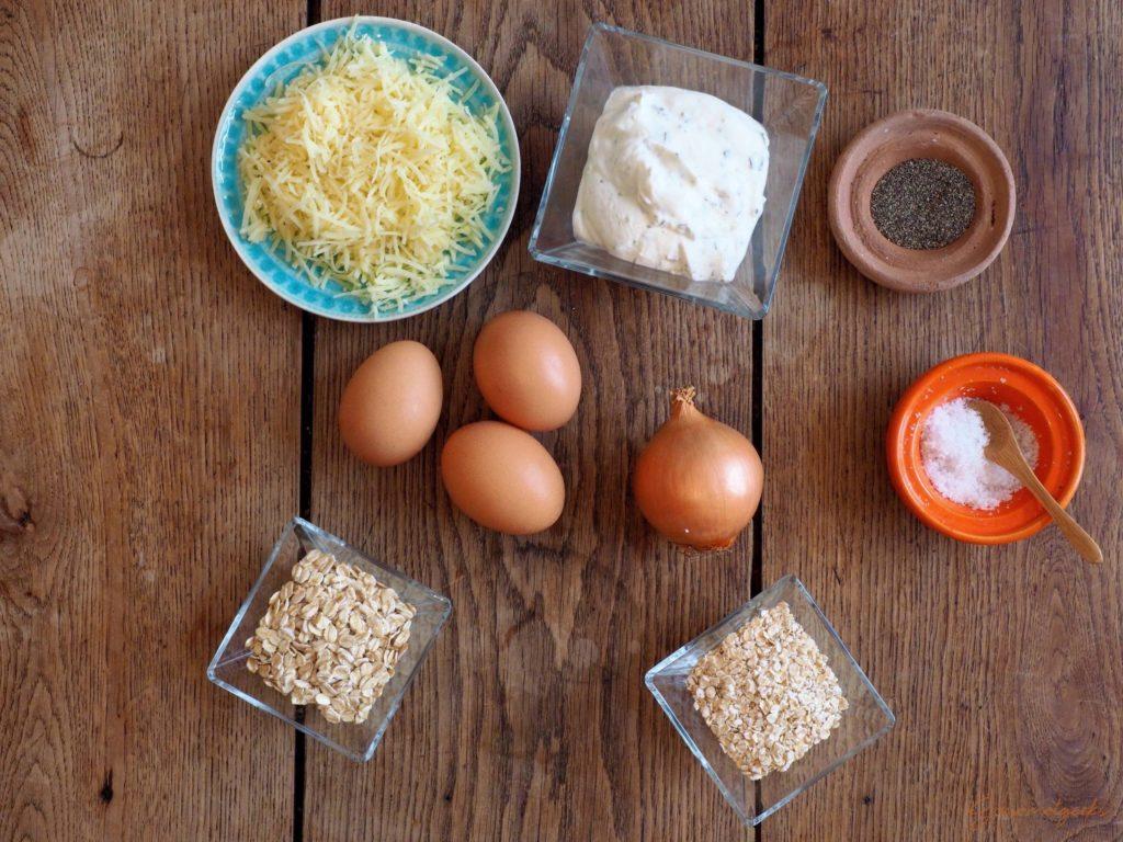 Die Zutaten: Eier, Kräuterquark, kernige & feine Haferflocken, geriebener Käse, eine Zwiebel, Pfeffer, Salz