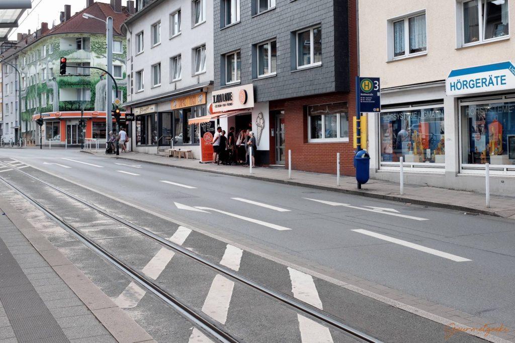 Praktisch: direkt an der Straßenbahnhaltestelle Moltkestraße, gegenüber vom Café Livres