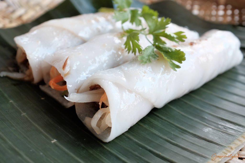 Pho Cuon - Reis-Crêpes Beef - gefüllt, Koriander und mariniertem Rindfleisch dazu vietnamesische BBQ-Sauce