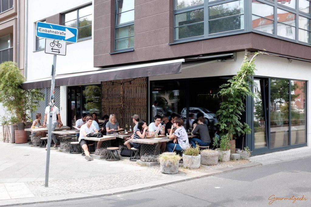 Urban draußen sitzen und Mitte genießen