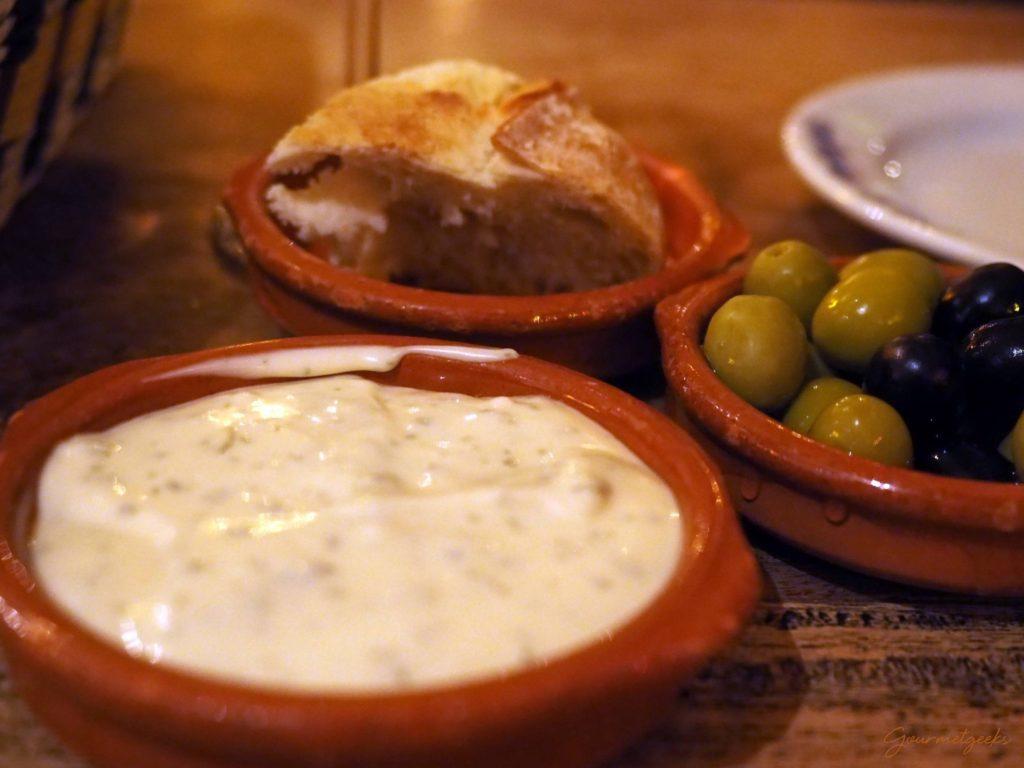 Brot, Oliven und Creme de Alho