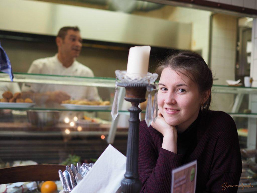 Giulia wartet auf Tapas