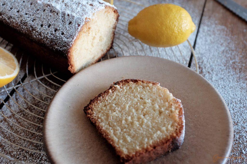 Mhm...himmlisch lecker! Ein noch warmes Stück Zitronenkuchen!
