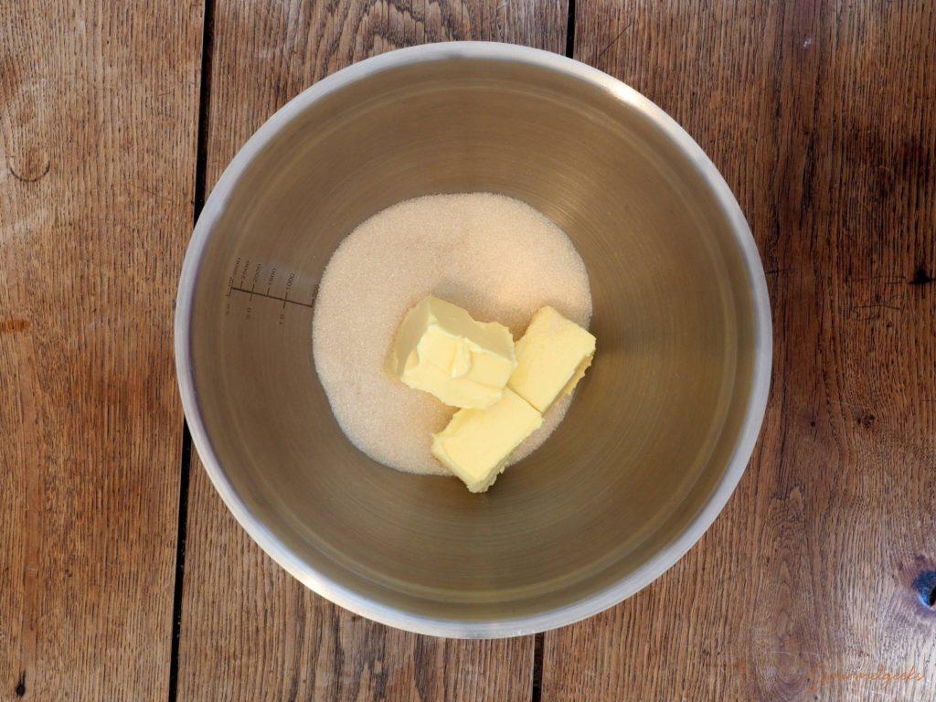 Butter und Zucker in eine Schüssel geben.