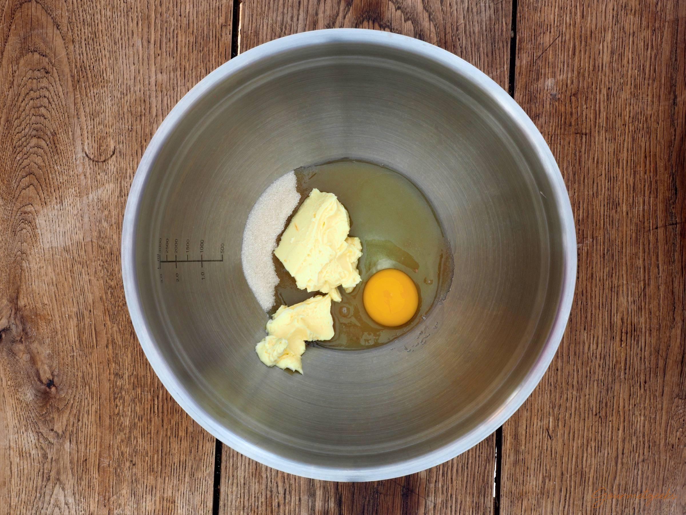 Butter, Zucker und Ei vermischen