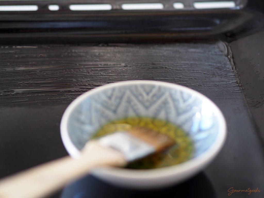 Backblech mit Olivenöl bestreichen
