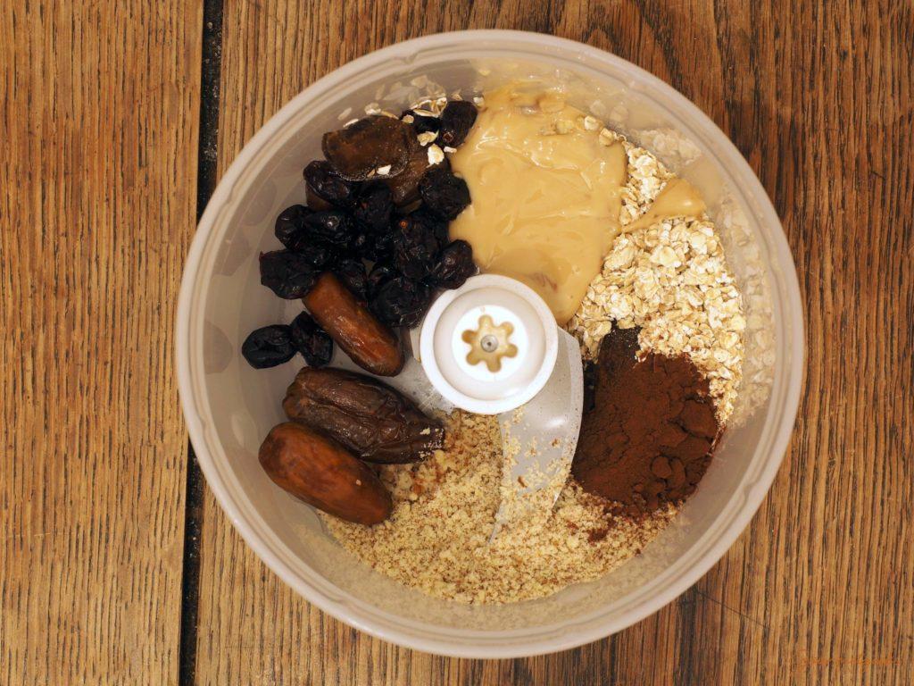Die Erdnussvariante: Alle Zutaten in den Zerkleinerer geben