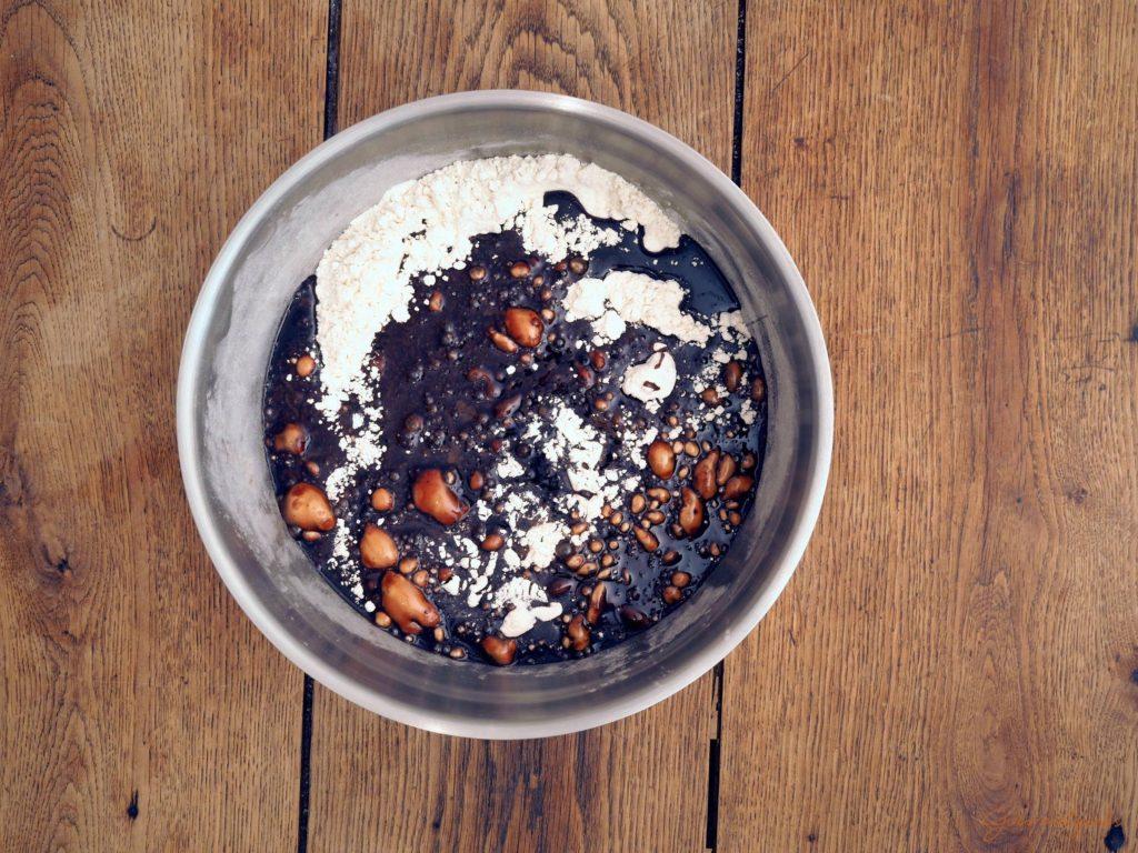 Gebt nun die Kakaomasse zum Mehl.