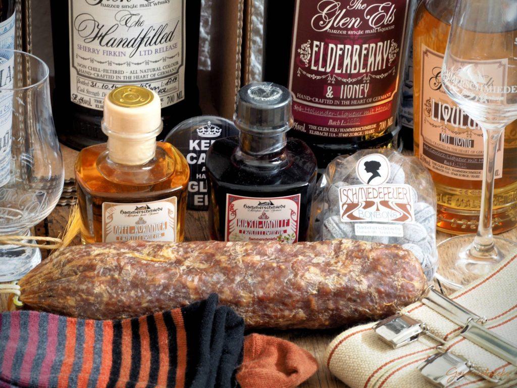 Was man halt so mitbringt aus dem Harz: Whisky, Socken, Harzer Knüppel, Hosenträger und Whisky.