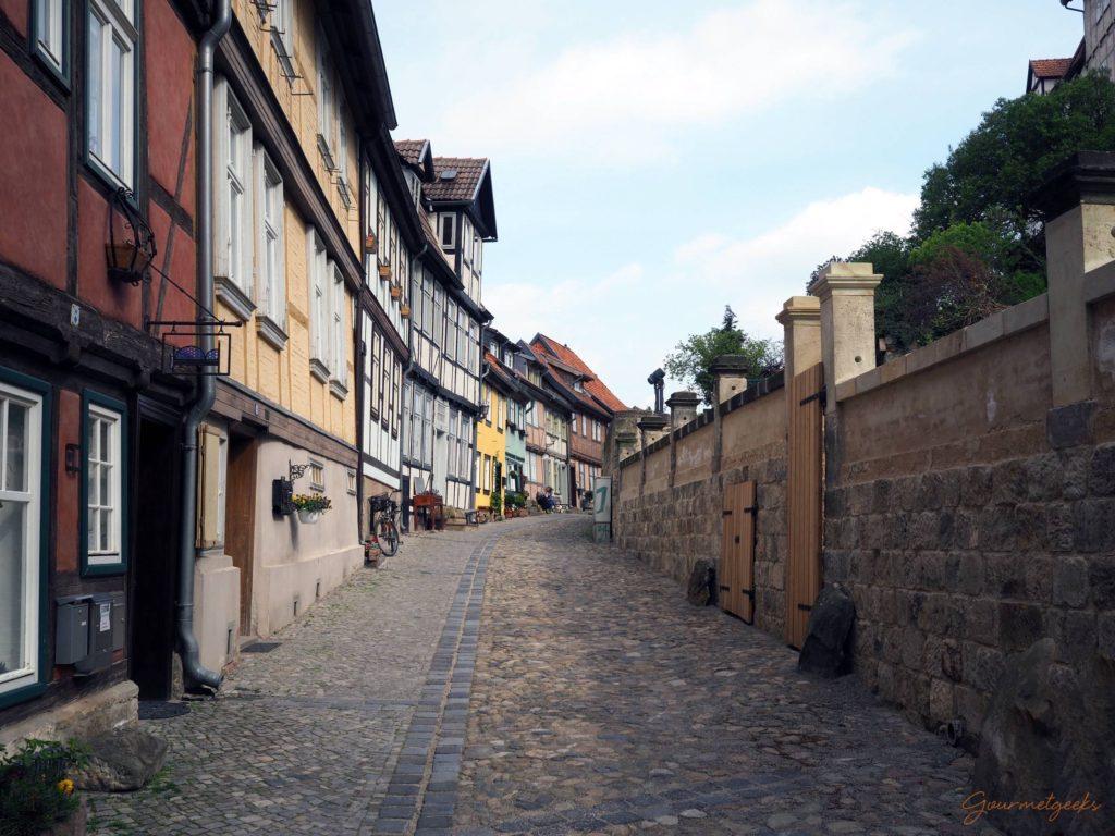 Fachwerkhäuser und gepflasterte Sträßchen