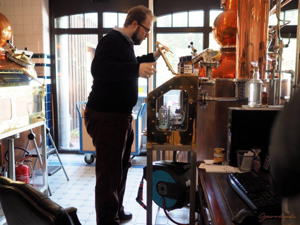 Master Distiller Alexander Buchholz bei der Arbeit