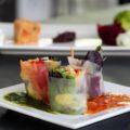 Spring Rolls mit Sweet Chili-Erdnuss-Dip und Koriander-Basilikum-Ananassauce